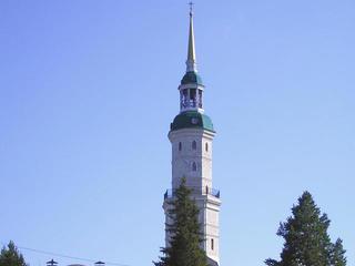 Башня-колокольня Иоанна Златоуста и горный парк Бажова