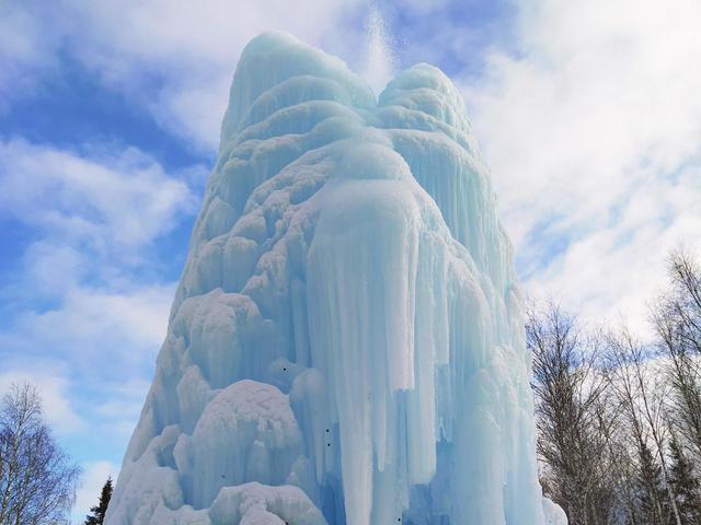 Ледяной фонтан в парке «Зюраткуль»
